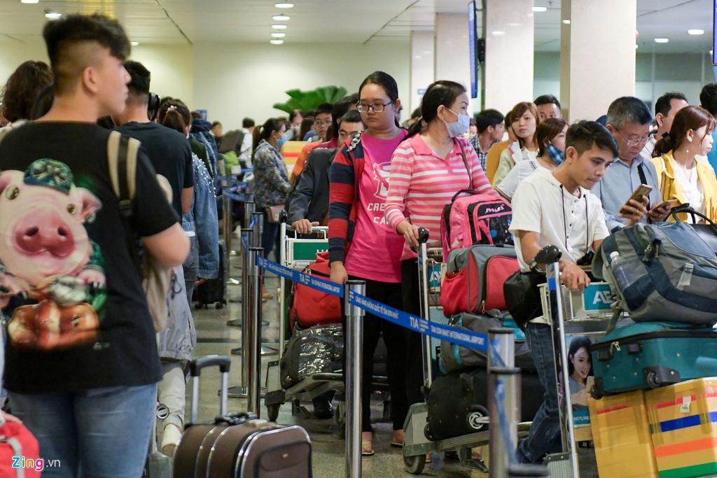 Vạ vật ở Tân Sơn Nhất chờ lên máy bay về quê ăn Tết - Ảnh 1.