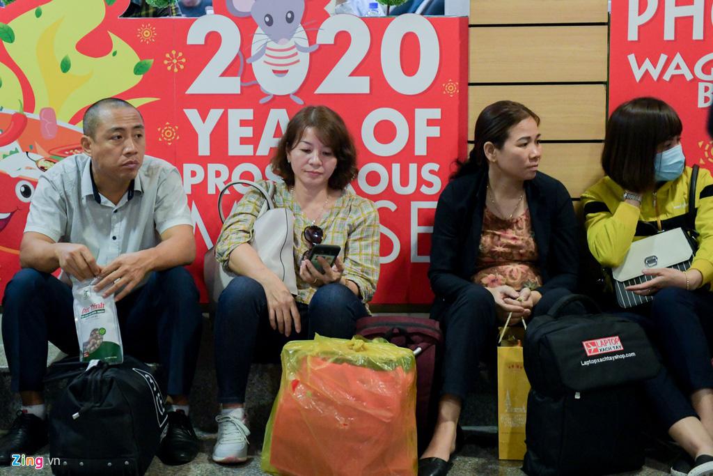 Vạ vật ở Tân Sơn Nhất chờ lên máy bay về quê ăn Tết - Ảnh 13.
