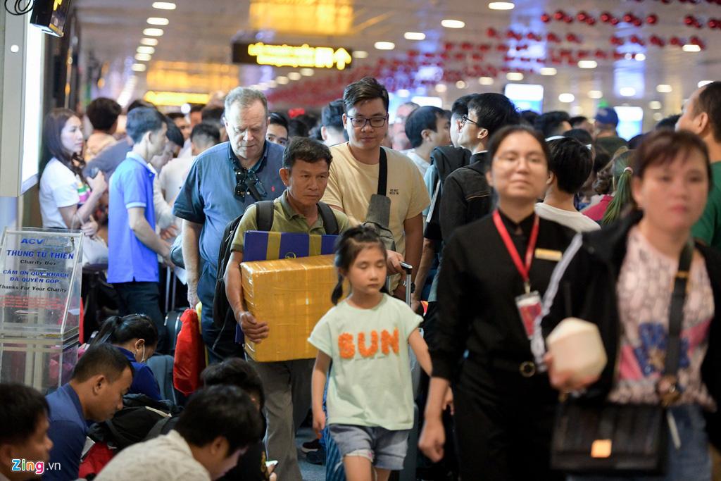 Vạ vật ở Tân Sơn Nhất chờ lên máy bay về quê ăn Tết - Ảnh 11.