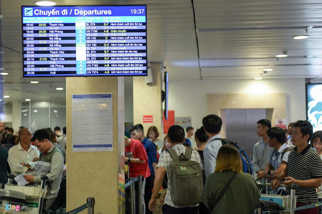 Vạ vật ở Tân Sơn Nhất chờ lên máy bay về quê ăn Tết - Ảnh 2.