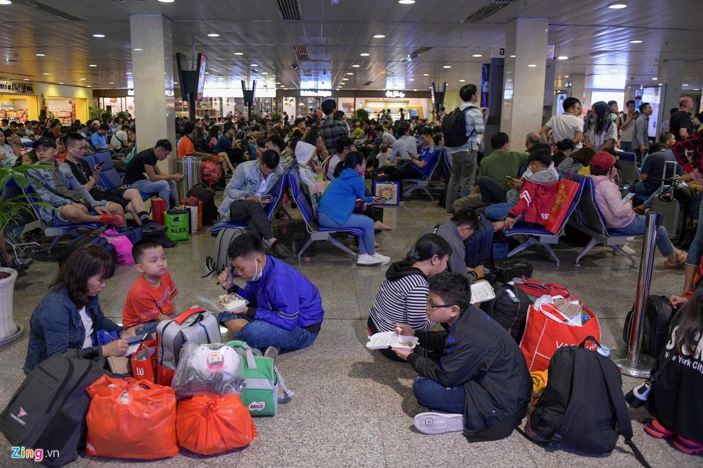 Vạ vật ở Tân Sơn Nhất chờ lên máy bay về quê ăn Tết - Ảnh 6.