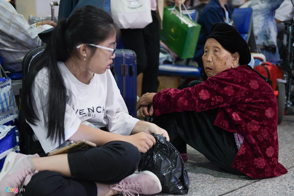 Vạ vật ở Tân Sơn Nhất chờ lên máy bay về quê ăn Tết - Ảnh 7.