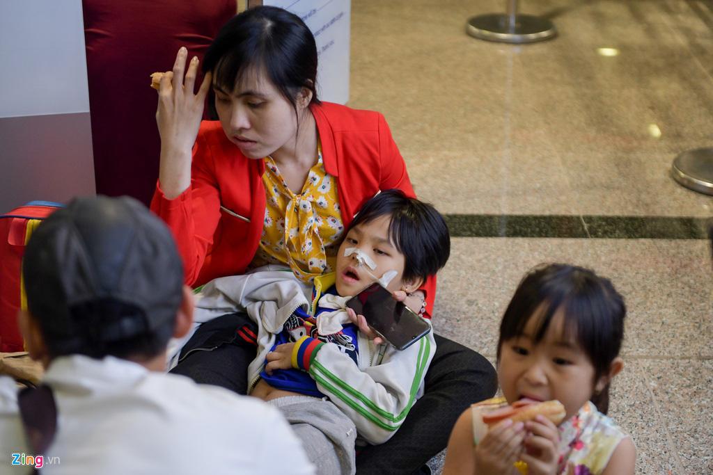 Vạ vật ở Tân Sơn Nhất chờ lên máy bay về quê ăn Tết - Ảnh 8.