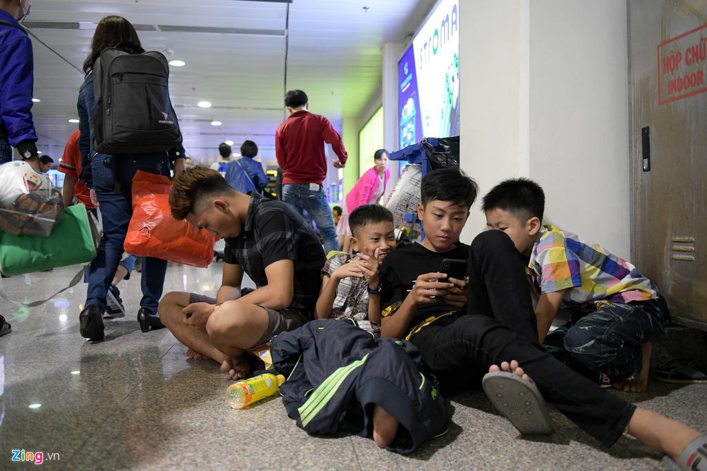 Vạ vật ở Tân Sơn Nhất chờ lên máy bay về quê ăn Tết - Ảnh 9.