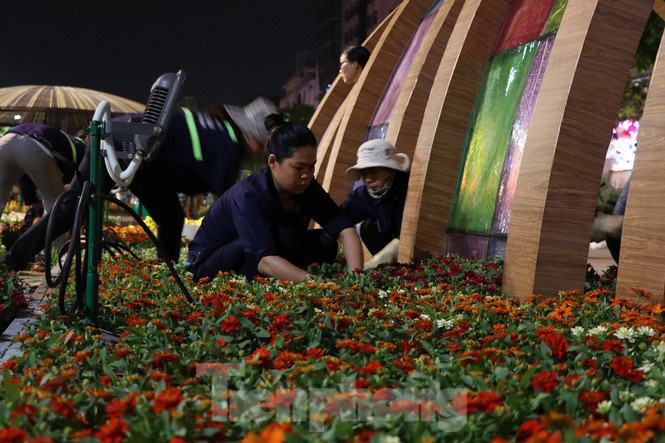 Thâu đêm thi công đường hoa Nguyễn Huệ phục vụ tết Nguyên đán - Ảnh 7.