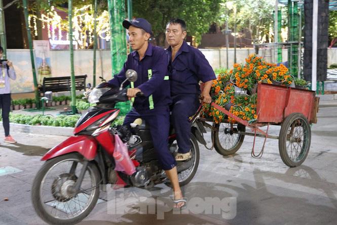 Thâu đêm thi công đường hoa Nguyễn Huệ phục vụ tết Nguyên đán - Ảnh 4.