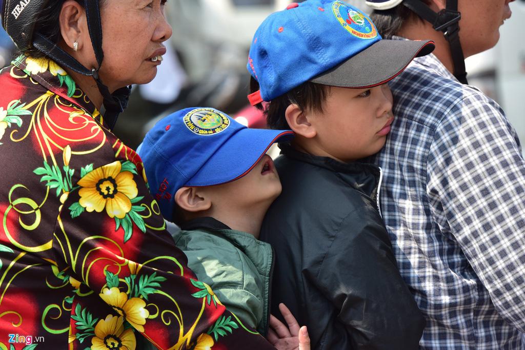 Trẻ em mệt mỏi trên đường về miền Tây ăn Tết - Ảnh 3.