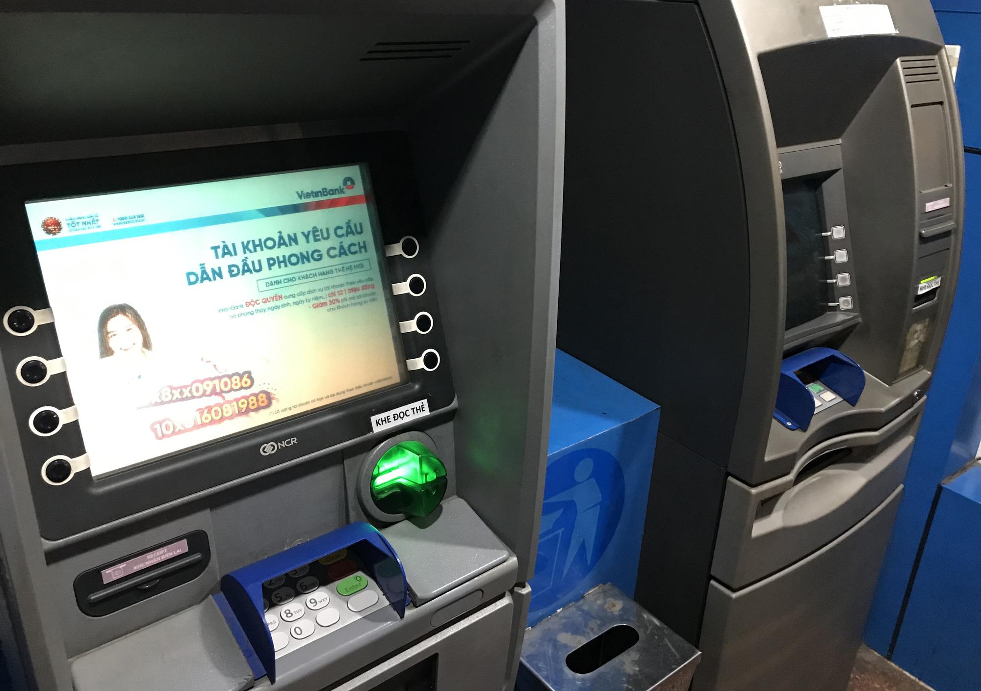 ATM tại Sài Gòn đồng loạt nghỉ Tết, chạy cả đêm vẫn không rút được tiền lương, thưởng để về quê - Ảnh 2.