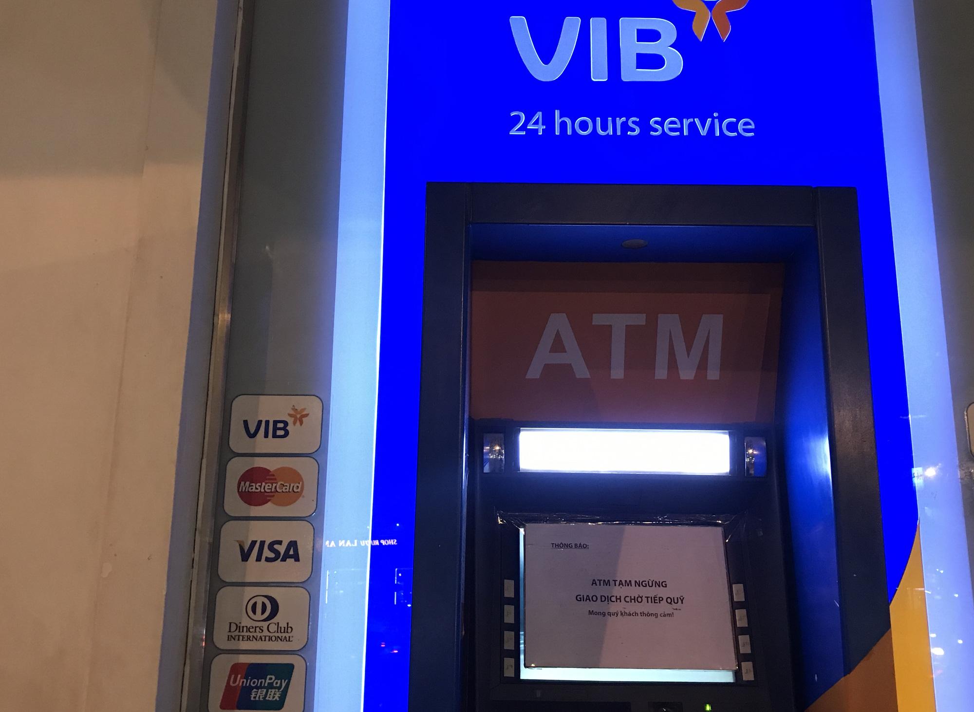 ATM tại Sài Gòn đồng loạt nghỉ Tết, chạy cả đêm vẫn không rút được tiền lương, thưởng để về quê - Ảnh 3.