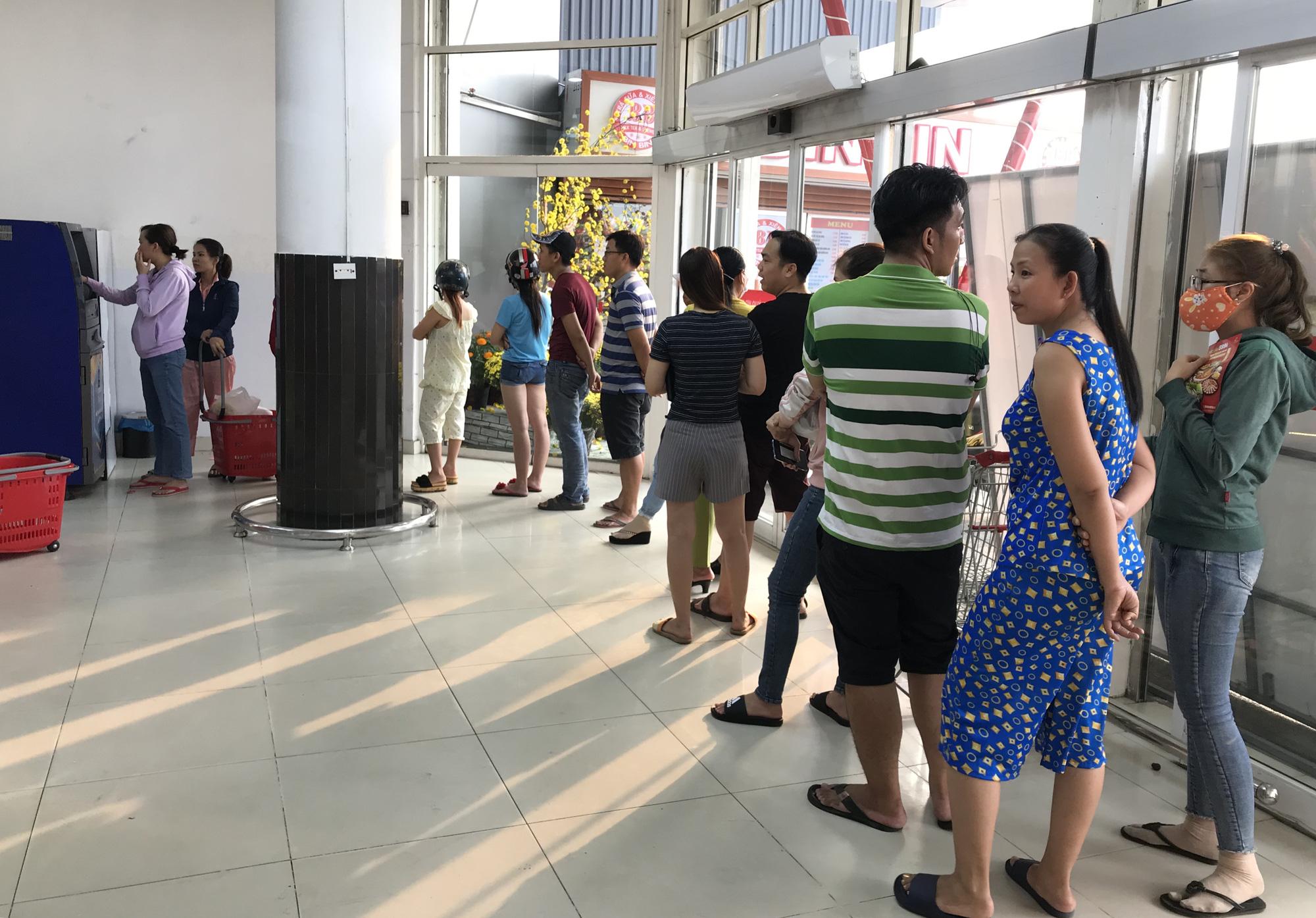 ATM tại Sài Gòn đồng loạt nghỉ Tết, chạy cả đêm vẫn không rút được tiền lương, thưởng để về quê - Ảnh 5.