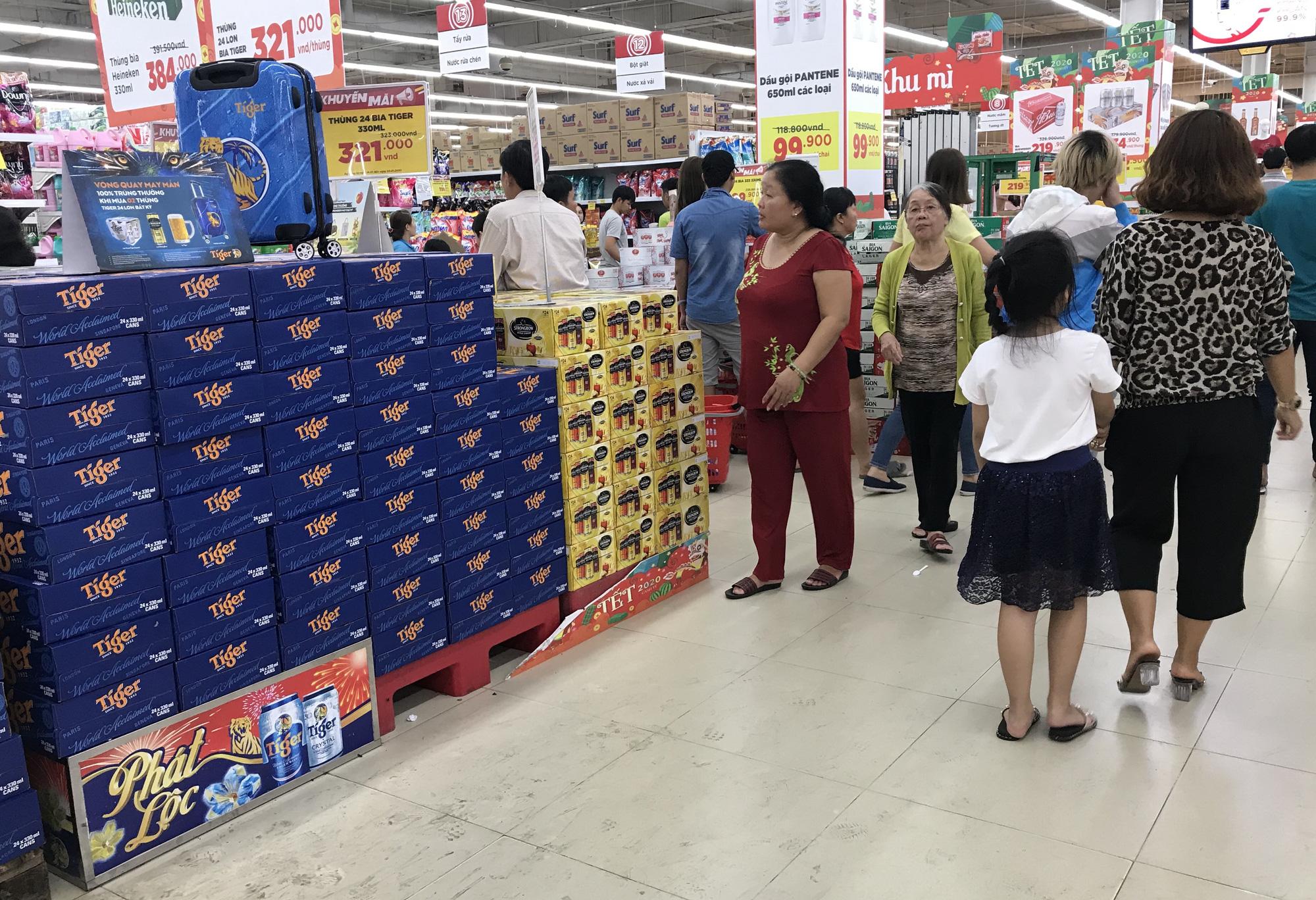 26 Tết, bia tại siêu thị còn ê hề, đại lí giảm giá vì dân nhậu 'ớn' Nghị định 100,  - Ảnh 2.