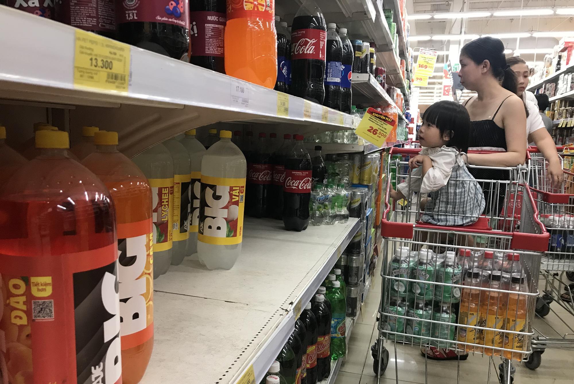26 Tết, bia tại siêu thị còn ê hề, đại lí giảm giá vì dân nhậu 'ớn' Nghị định 100,  - Ảnh 4.