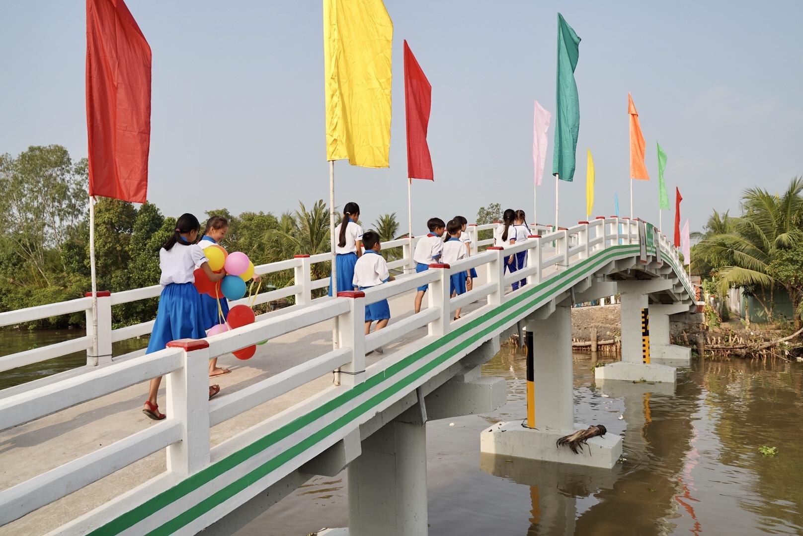 Vừa nhậm chức, nữ CEO Grab Việt Nam đã khánh thành cầu dân sinh 900 triệu đồng cho người dân miền Tây - Ảnh 2.