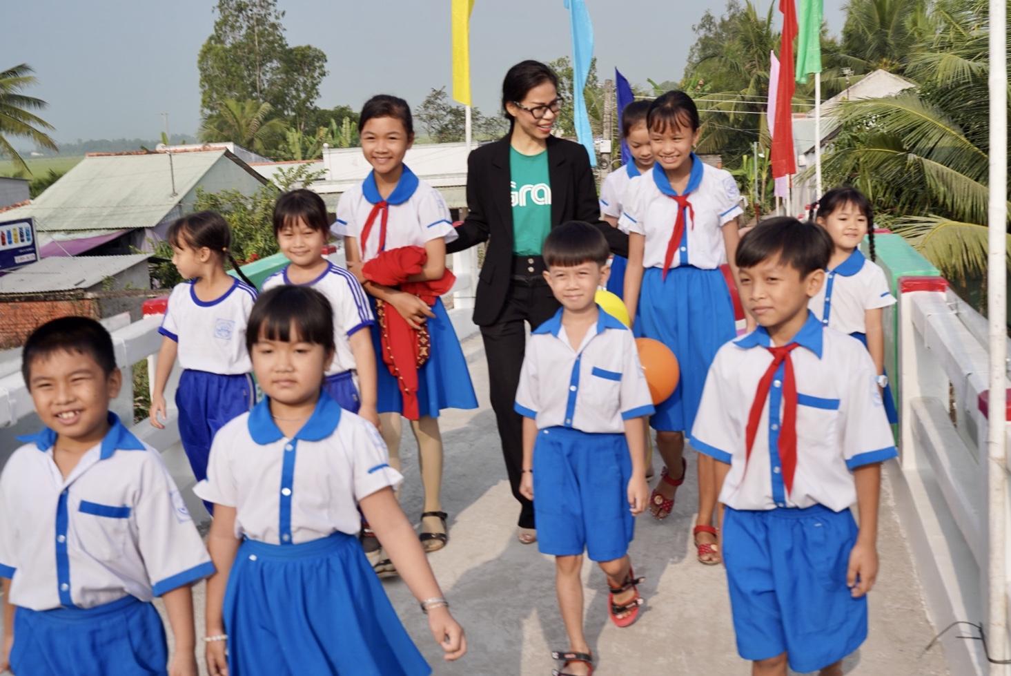 Vừa nhậm chức, nữ CEO Grab Việt Nam đã khánh thành cầu dân sinh 900 triệu đồng cho người dân miền Tây - Ảnh 3.