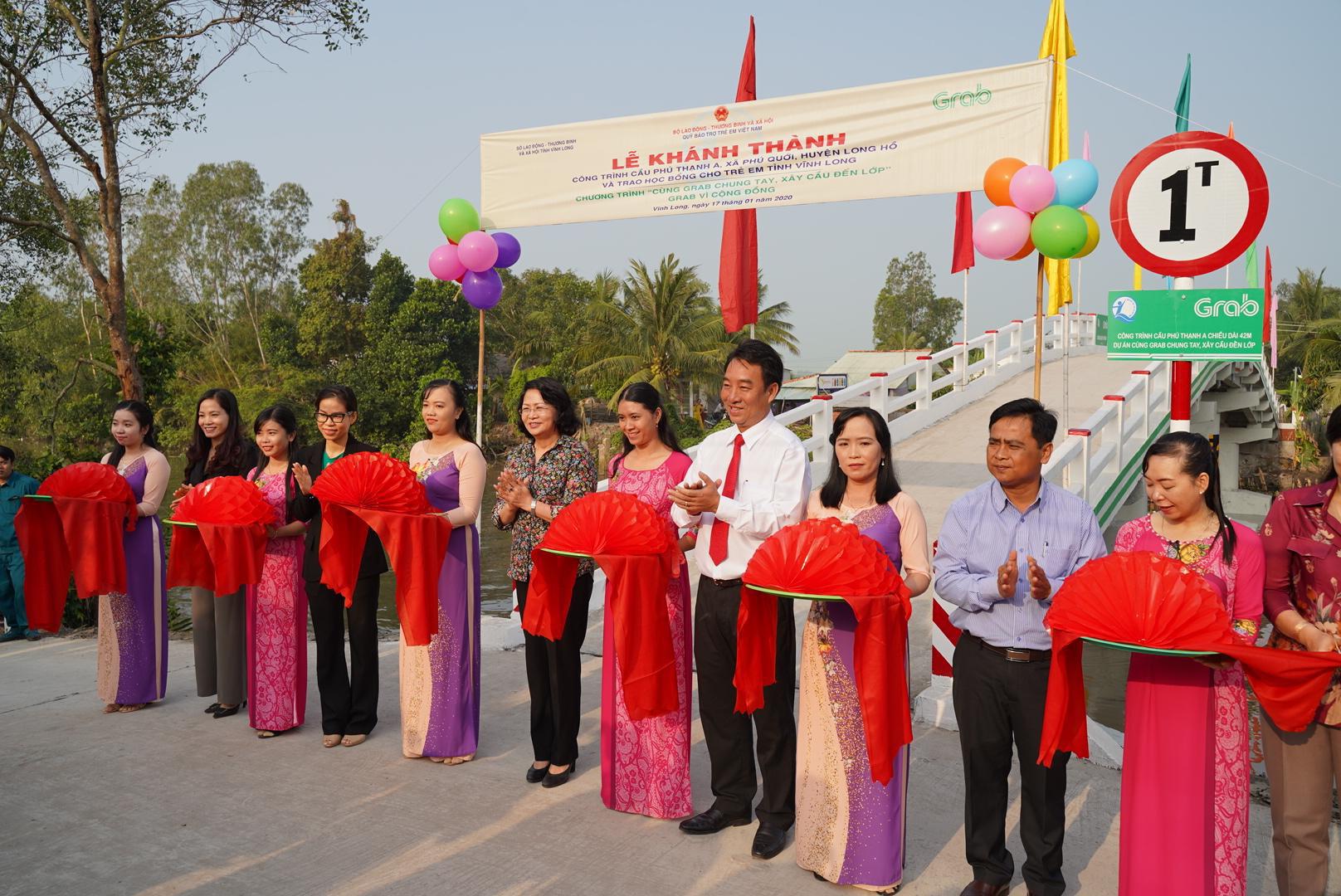 Vừa nhậm chức, nữ CEO Grab Việt Nam đã khánh thành cầu dân sinh 900 triệu đồng cho người dân miền Tây - Ảnh 4.