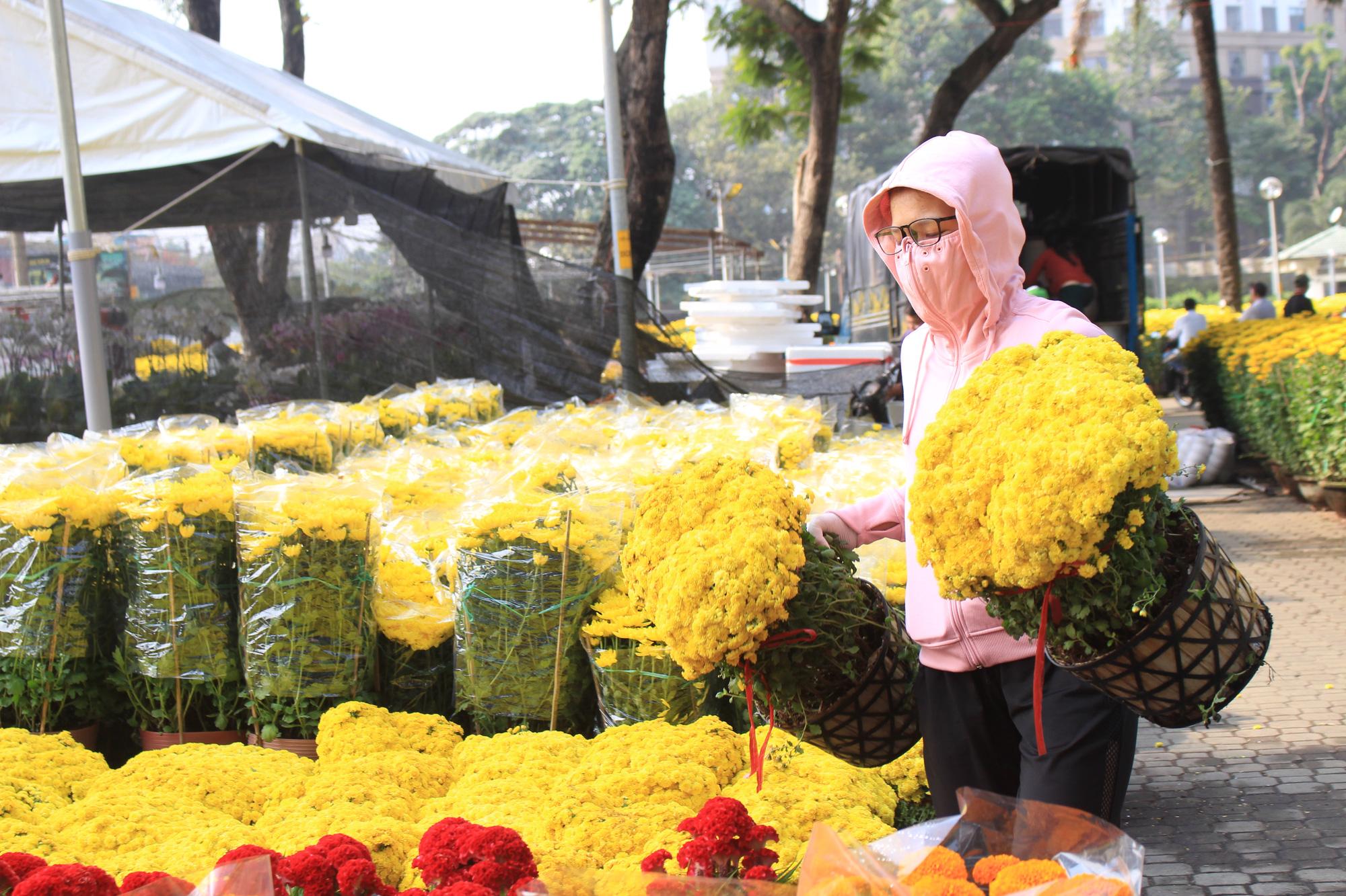 Mai, đào, tắc tiền triệu tại chợ hoa Sài Gòn ngóng người mua, có nhà vườn treo biển đồng giá 100.000 đồng mỗi chậu - Ảnh 12.