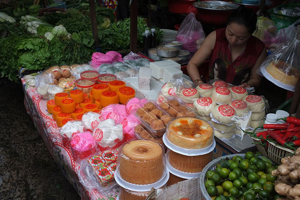 Lạc vào chợ Tết khu Chợ Lớn, những món ăn gần trăm năm khiến ai cũng rưng rưng - Ảnh 9.