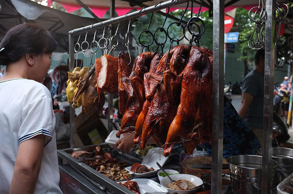 Lạc vào chợ Tết khu Chợ Lớn, những món ăn gần trăm năm khiến ai cũng rưng rưng - Ảnh 2.