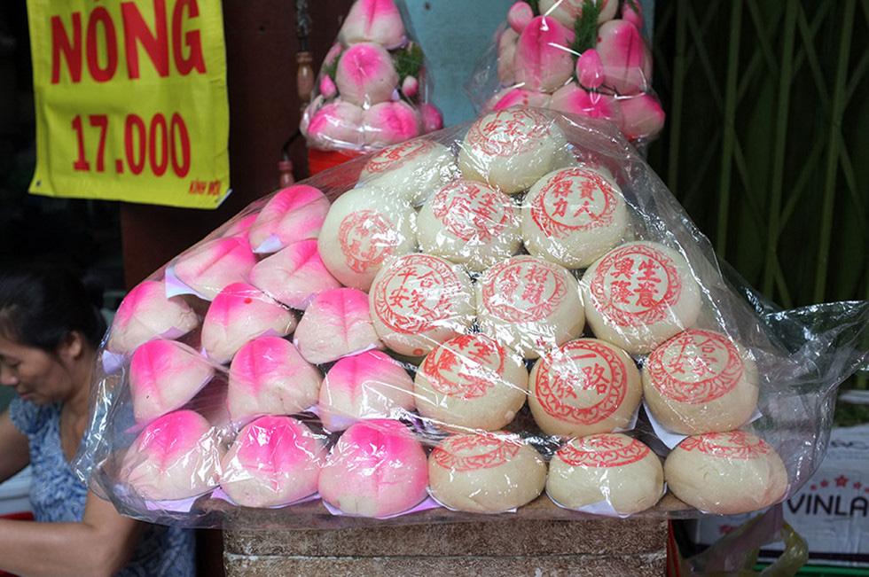 Lạc vào chợ Tết khu Chợ Lớn, những món ăn gần trăm năm khiến ai cũng rưng rưng - Ảnh 4.