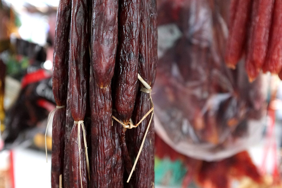 Lạc vào chợ Tết khu Chợ Lớn, những món ăn gần trăm năm khiến ai cũng rưng rưng - Ảnh 7.