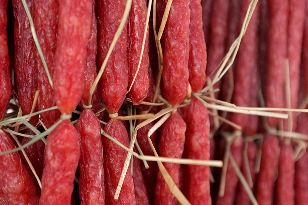 Lạc vào chợ Tết khu Chợ Lớn, những món ăn gần trăm năm khiến ai cũng rưng rưng - Ảnh 8.