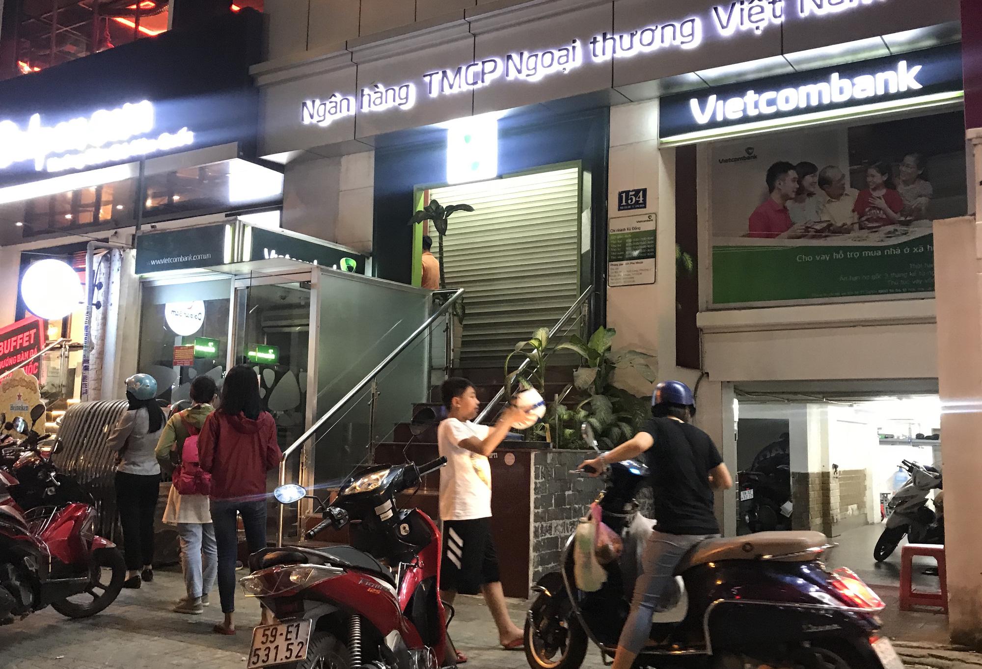 Ngày cuối cùng làm việc trước khi nghỉ Tết, ATM tại Sài Gòn vẫn hết tiền, giao dịch trên ngân hàng điện tử cũng kẹt - Ảnh 5.