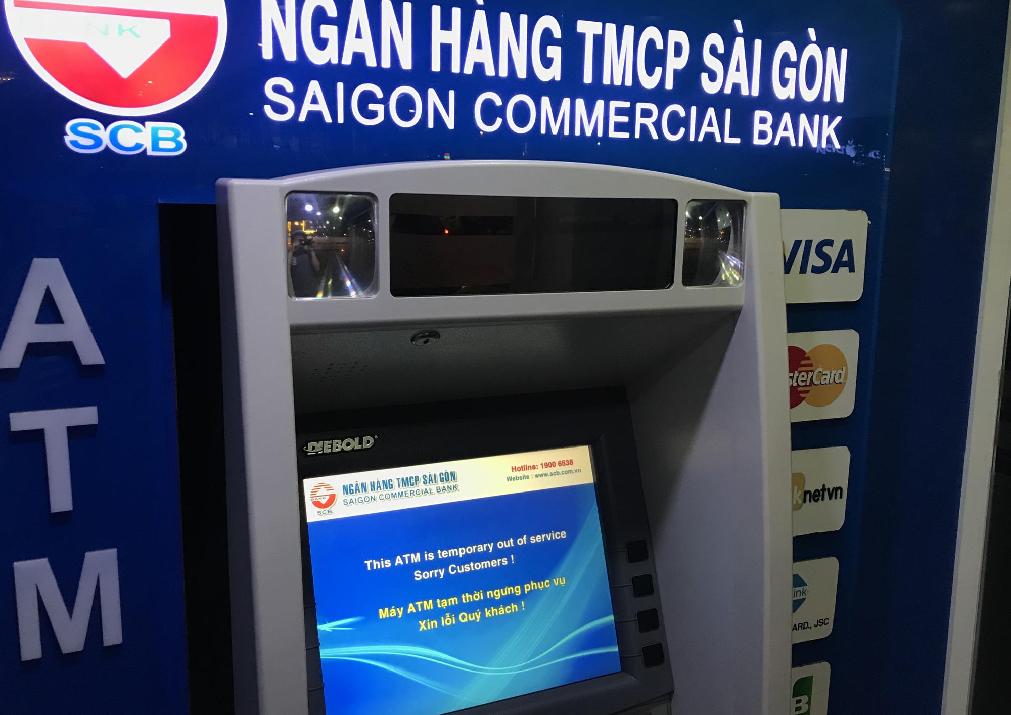 Ngày cuối cùng làm việc trước khi nghỉ Tết, ATM tại Sài Gòn vẫn hết tiền, giao dịch trên ngân hàng điện tử cũng kẹt - Ảnh 2.