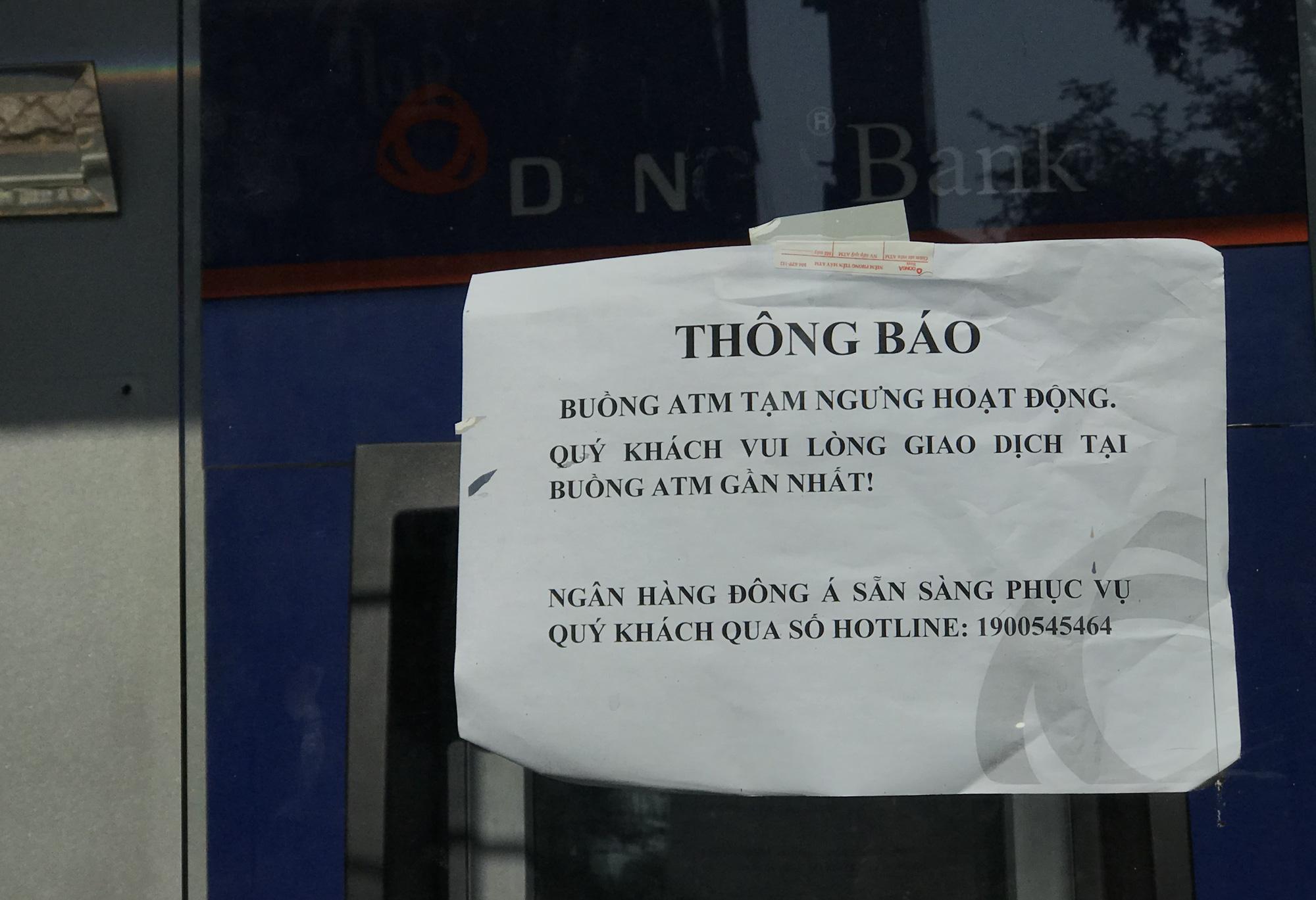 Ngày cuối cùng làm việc trước khi nghỉ Tết, ATM tại Sài Gòn vẫn hết tiền, giao dịch trên ngân hàng điện tử cũng kẹt - Ảnh 1.