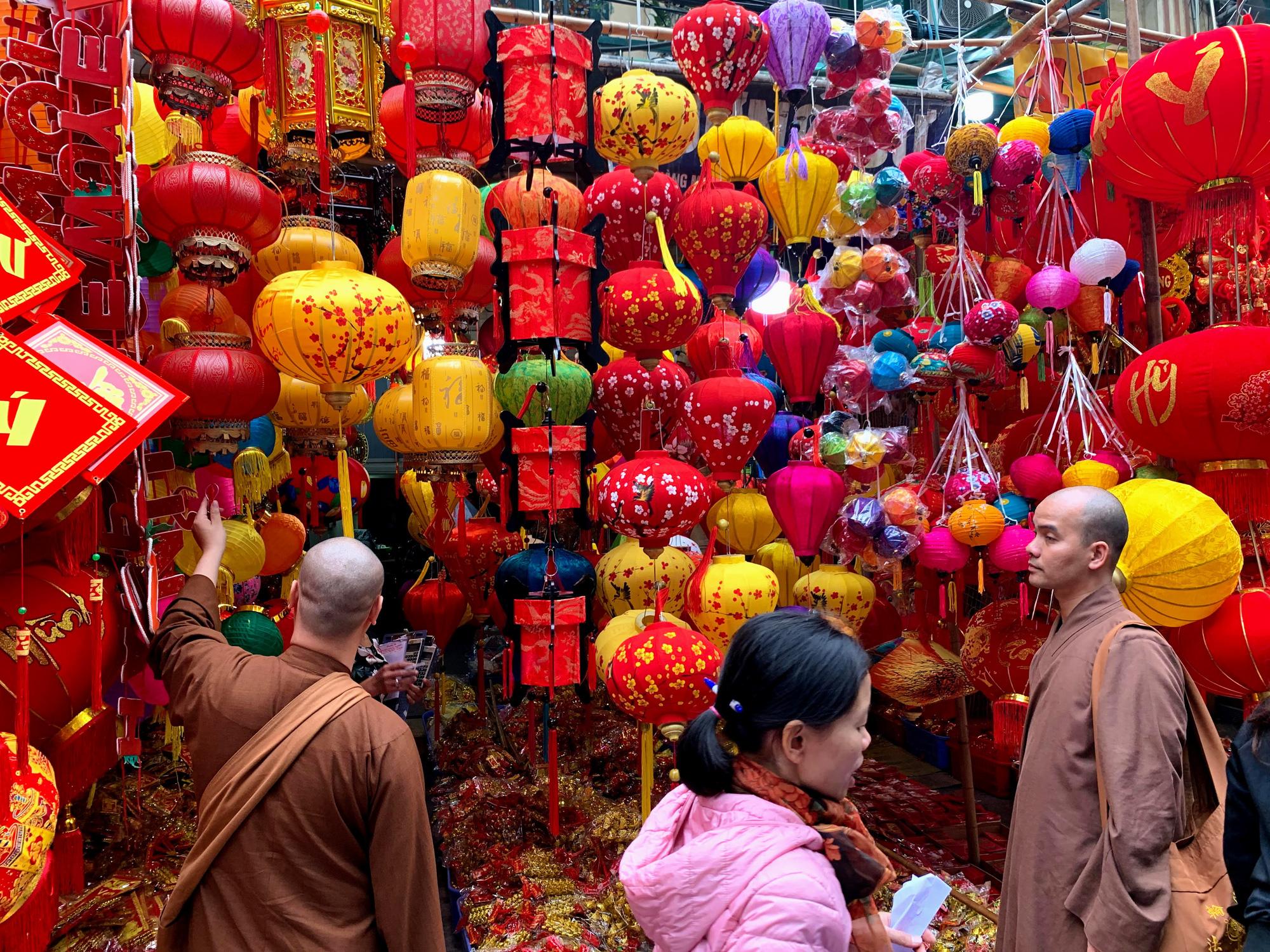 Chiều cuối năm, đột nhập chợ hoa xuân xem người Hà Nội sắm Tết - Ảnh 19.
