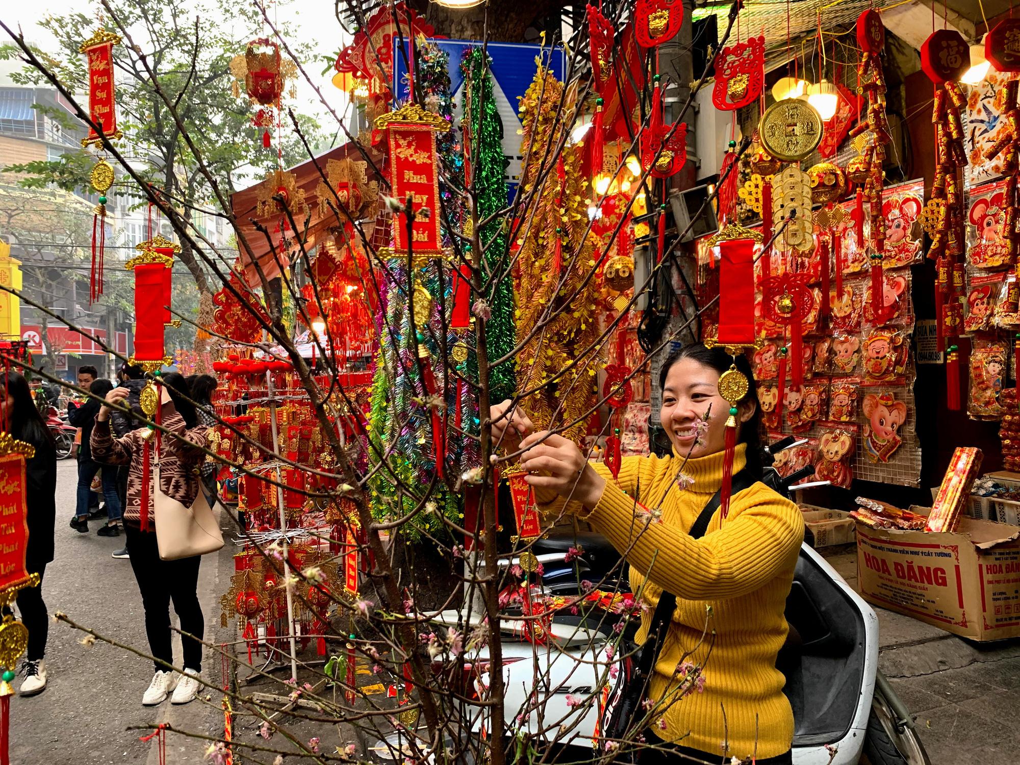 Chiều cuối năm, đột nhập chợ hoa xuân xem người Hà Nội sắm Tết - Ảnh 26.