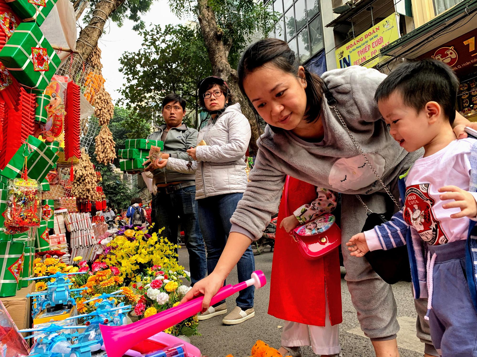 Chiều cuối năm, đột nhập chợ hoa xuân xem người Hà Nội sắm Tết - Ảnh 20.