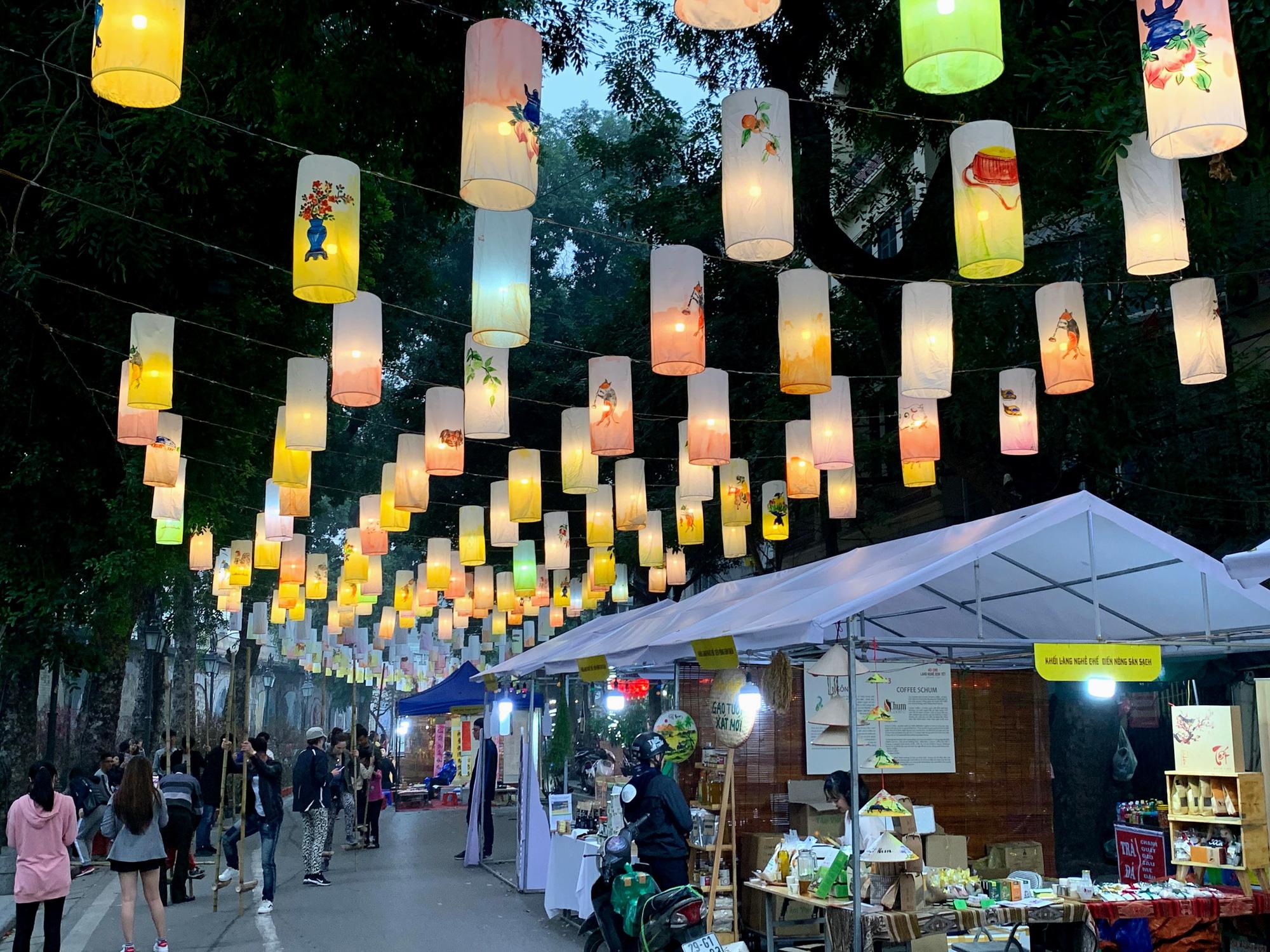 Chiều cuối năm, đột nhập chợ hoa xuân xem người Hà Nội sắm Tết - Ảnh 14.