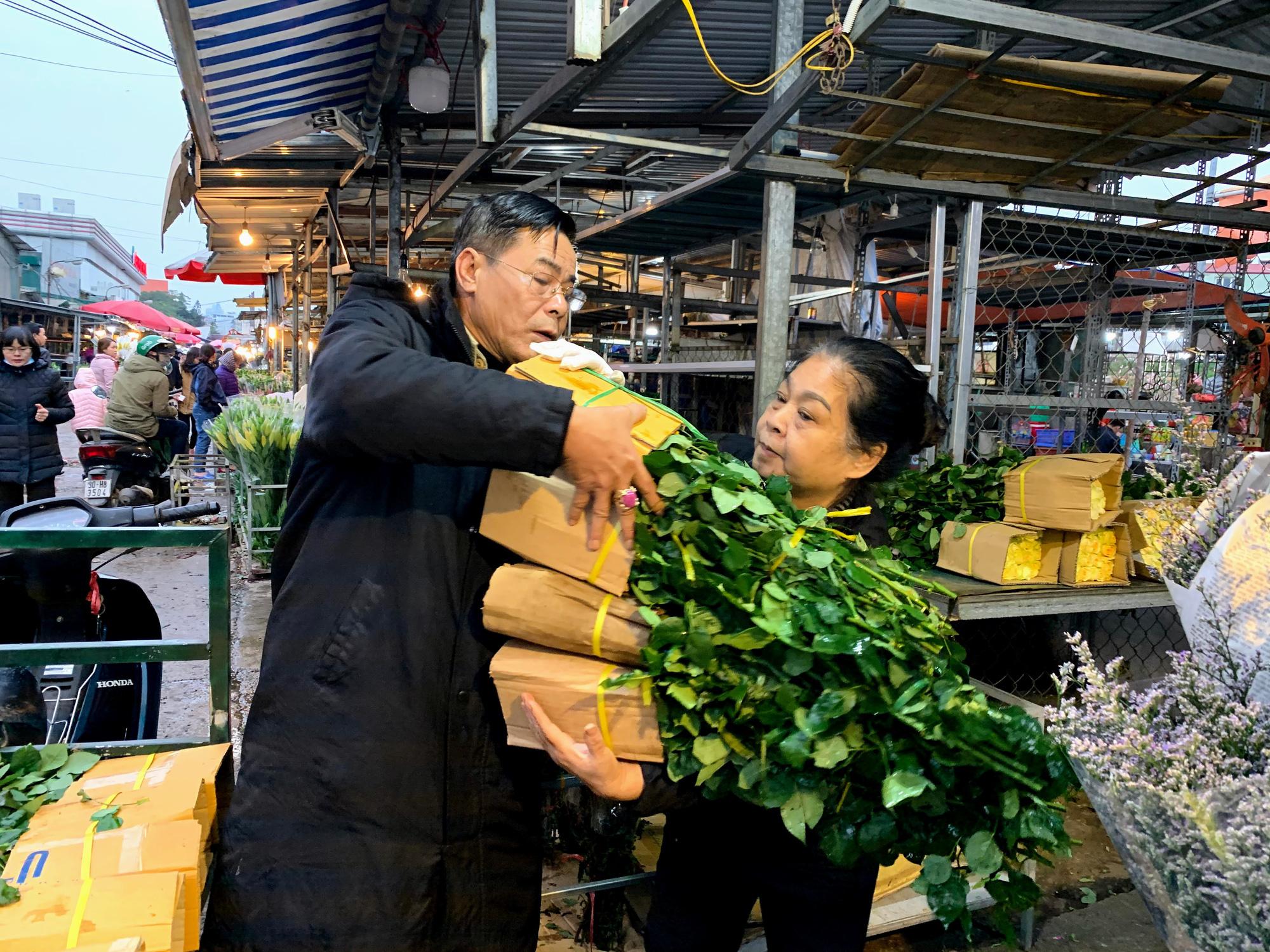 Chiều cuối năm, đột nhập chợ hoa xuân xem người Hà Nội sắm Tết - Ảnh 9.