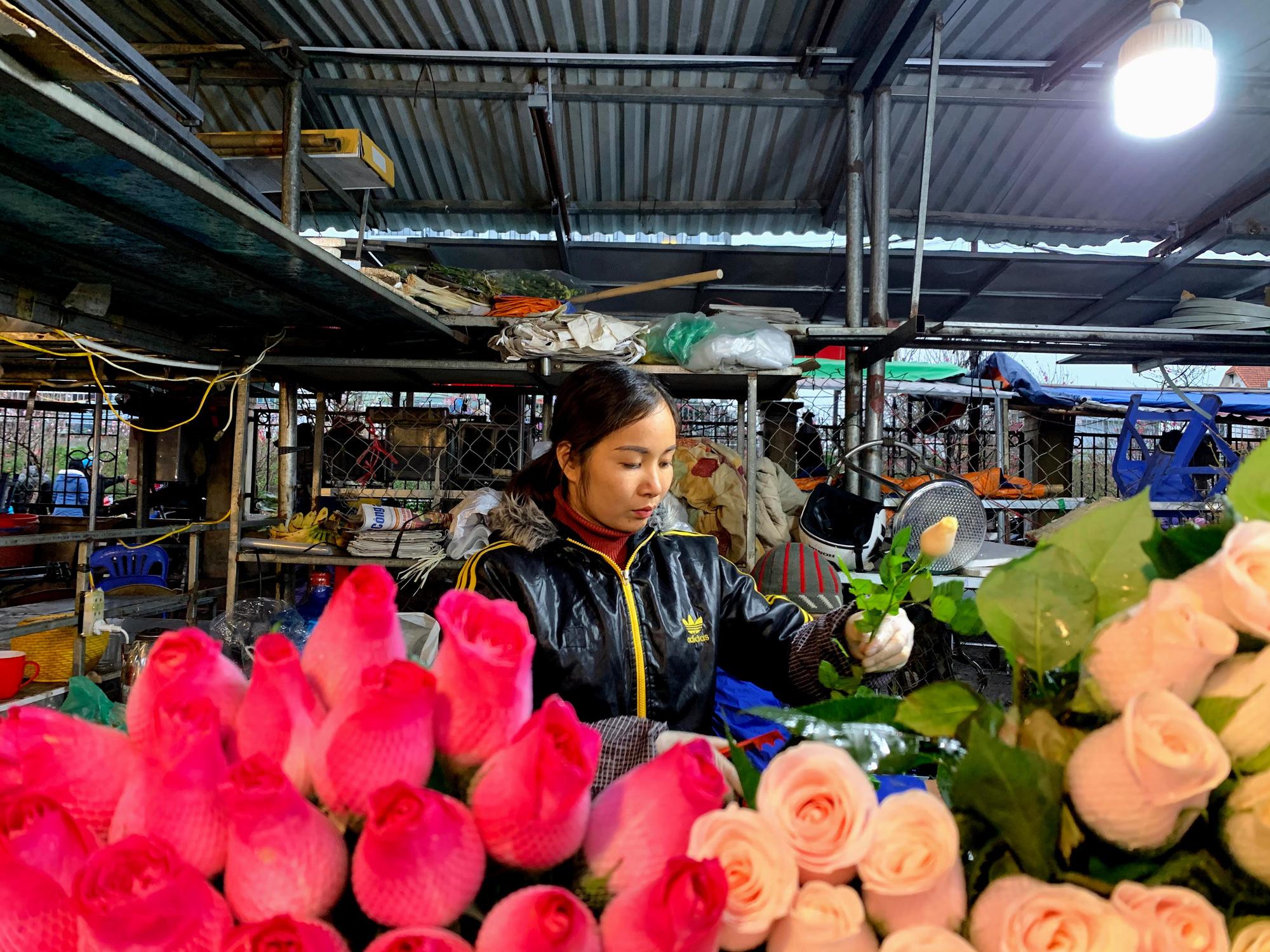 Chiều cuối năm, đột nhập chợ hoa xuân xem người Hà Nội sắm Tết - Ảnh 15.