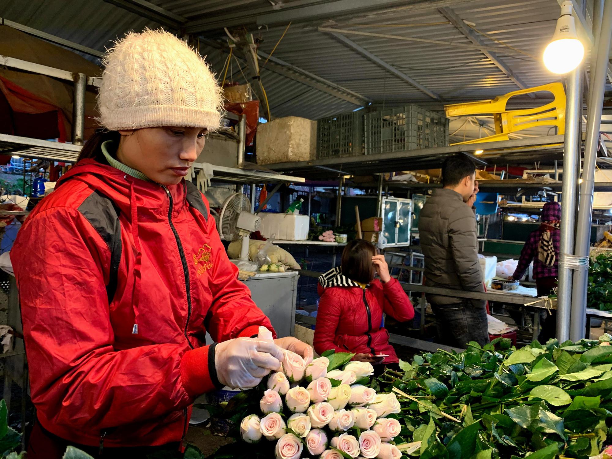 Chiều cuối năm, đột nhập chợ hoa xuân xem người Hà Nội sắm Tết - Ảnh 10.