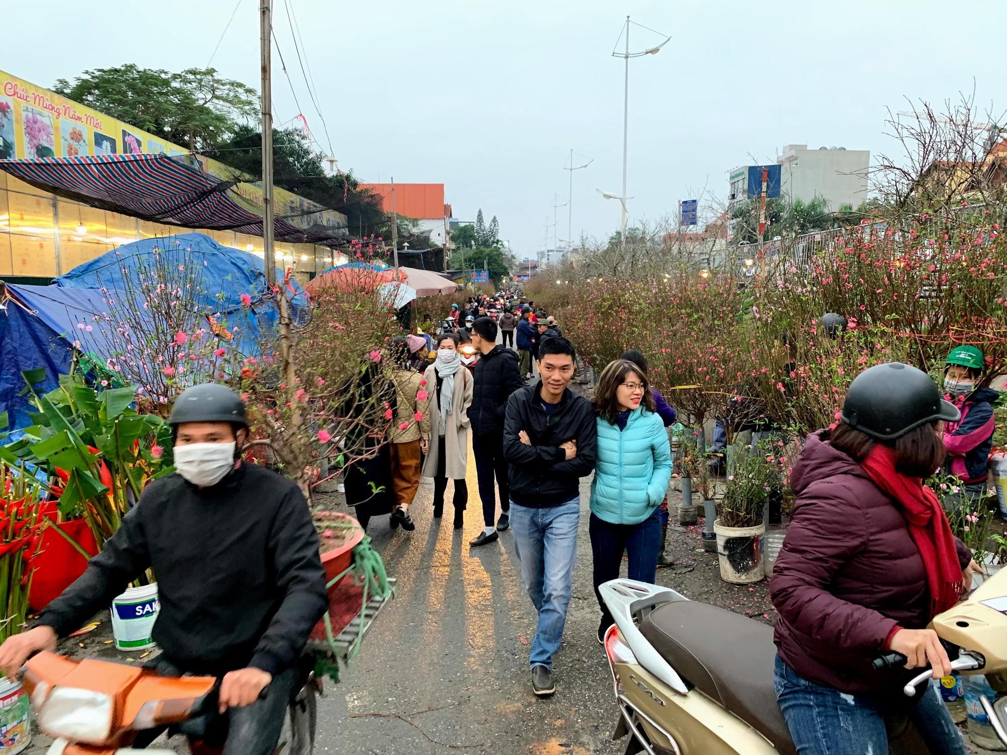 Chiều cuối năm, đột nhập chợ hoa xuân xem người Hà Nội sắm Tết - Ảnh 3.