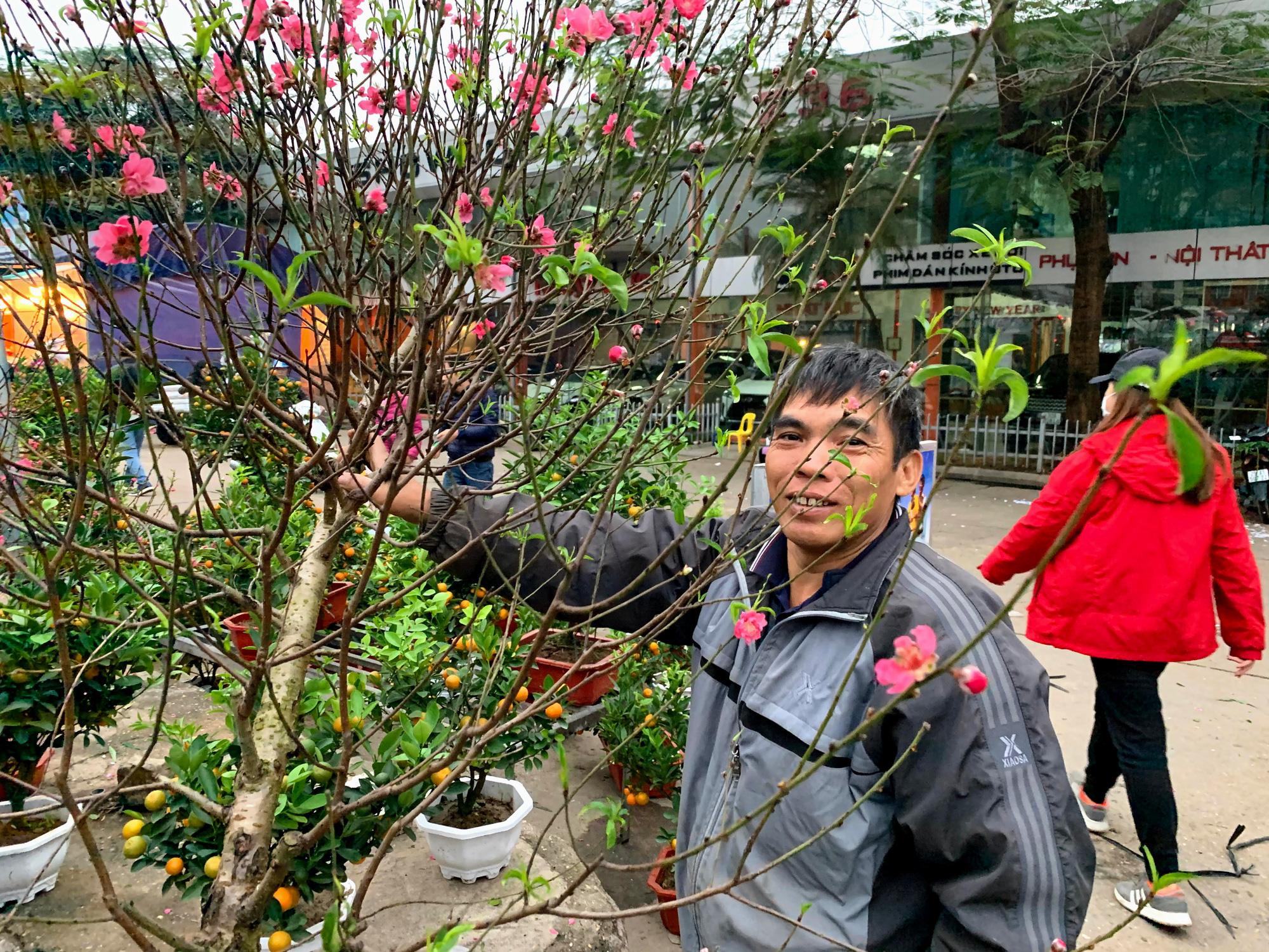 Chiều cuối năm, đột nhập chợ hoa xuân xem người Hà Nội sắm Tết - Ảnh 6.