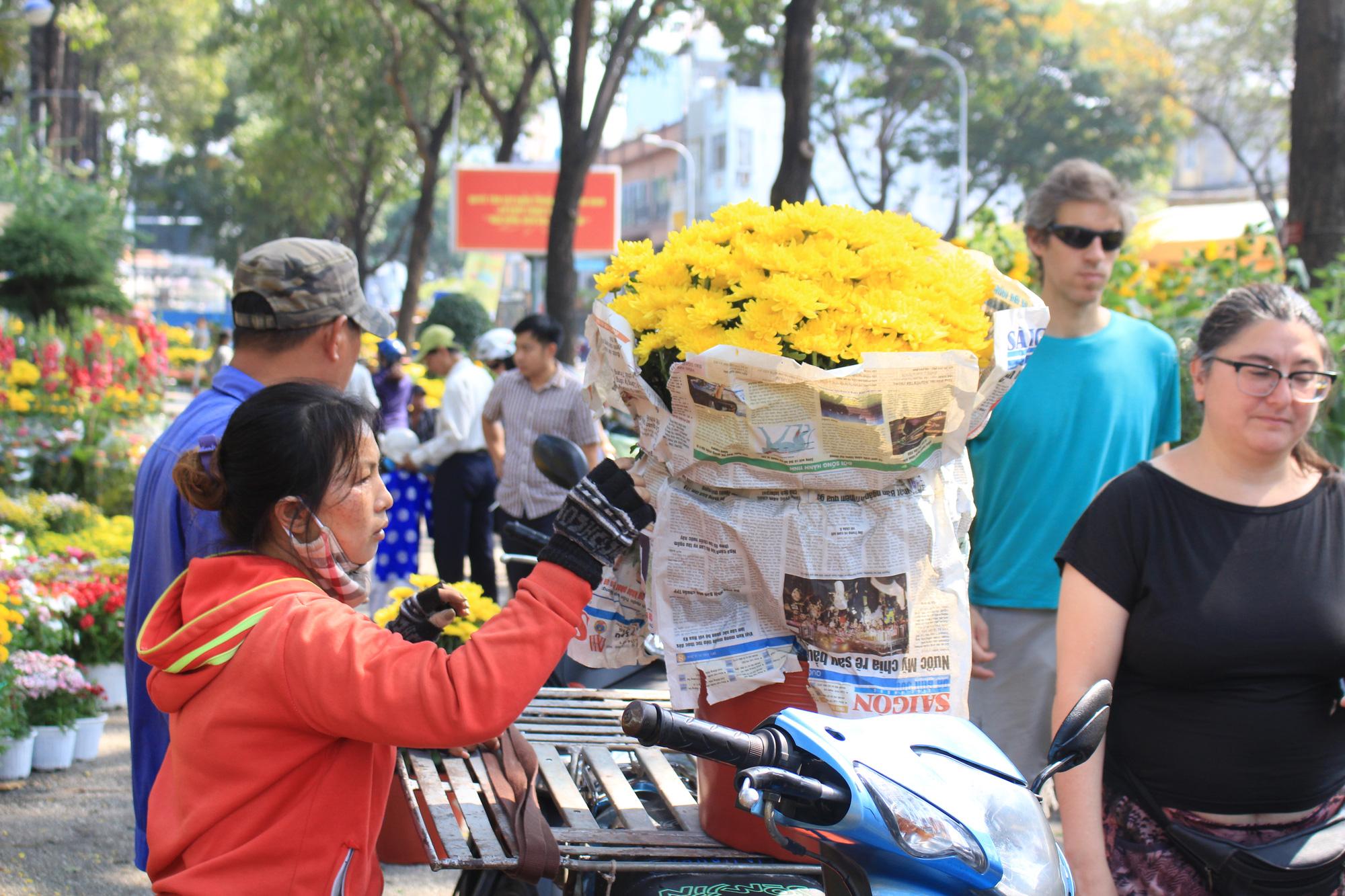 28 Tết, đào Nhật Tân tại chợ hoa Sài Gòn bắt đầu giảm giá, thuận mua vừa bán nên hút khách - Ảnh 13.