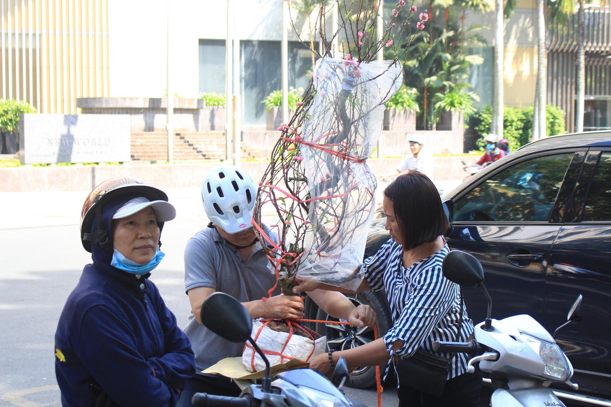 28 Tết, đào Nhật Tân tại chợ hoa Sài Gòn bắt đầu giảm giá, thuận mua vừa bán nên hút khách - Ảnh 7.