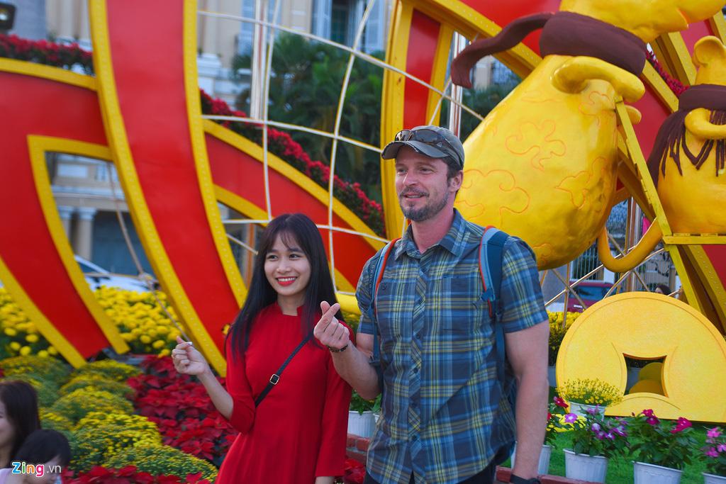 Ngắm đường hoa hơn 6 tỉ ở Đà Nẵng - Ảnh 11.
