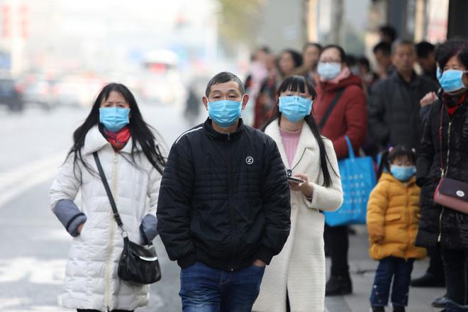 Virus corona bùng phát, dân Trung Quốc đổ xô đi mua khẩu trang y tế - Ảnh 1.