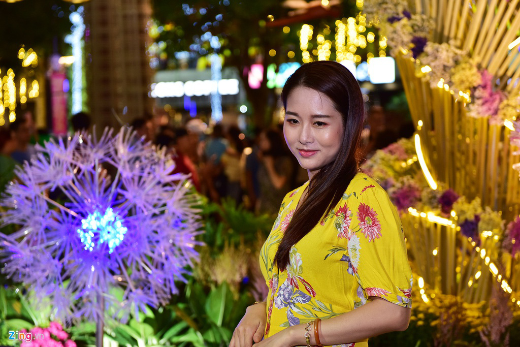 Biển người chen nhau chụp hình ở đường hoa Nguyễn Huệ - Ảnh 12.
