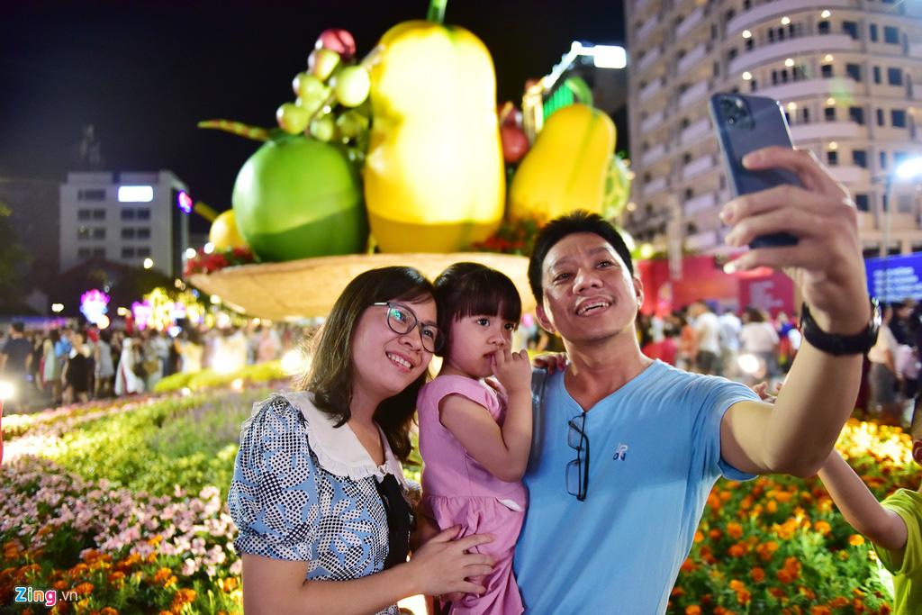 Biển người chen nhau chụp hình ở đường hoa Nguyễn Huệ - Ảnh 14.
