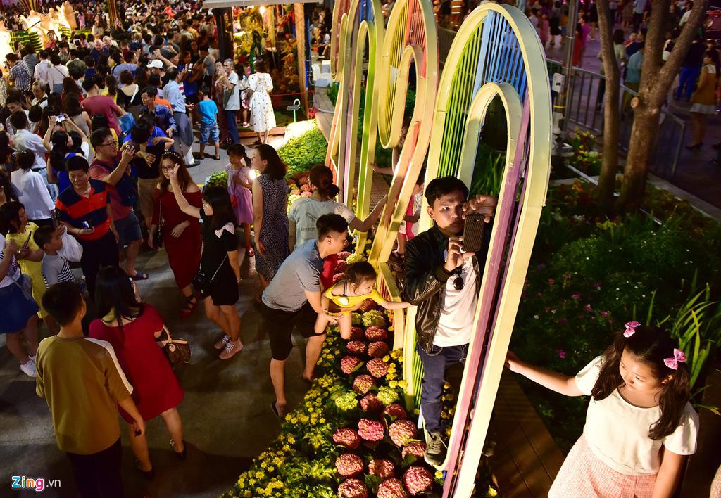 Biển người chen nhau chụp hình ở đường hoa Nguyễn Huệ - Ảnh 16.