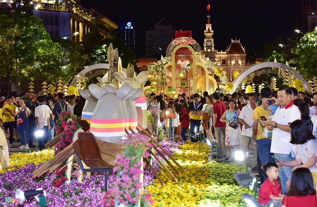 Biển người chen nhau chụp hình ở đường hoa Nguyễn Huệ - Ảnh 2.