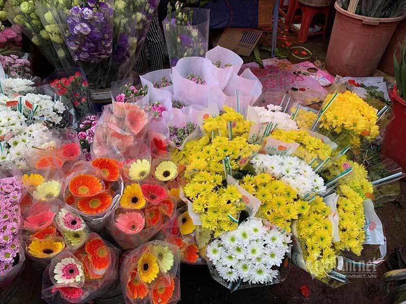 Phát hoảng đi chợ 29 Tết, hoa tươi tăng giá gấp 3 lần - Ảnh 1.