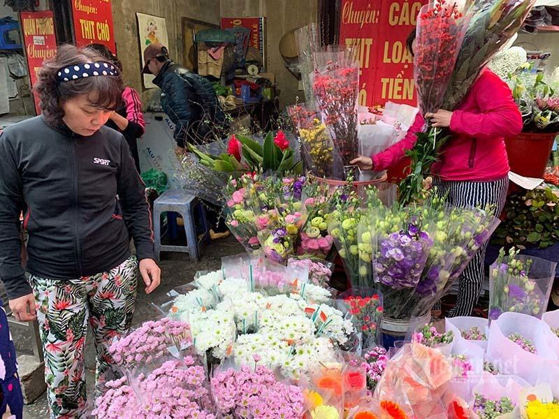 Phát hoảng đi chợ 29 Tết, hoa tươi tăng giá gấp 3 lần - Ảnh 3.