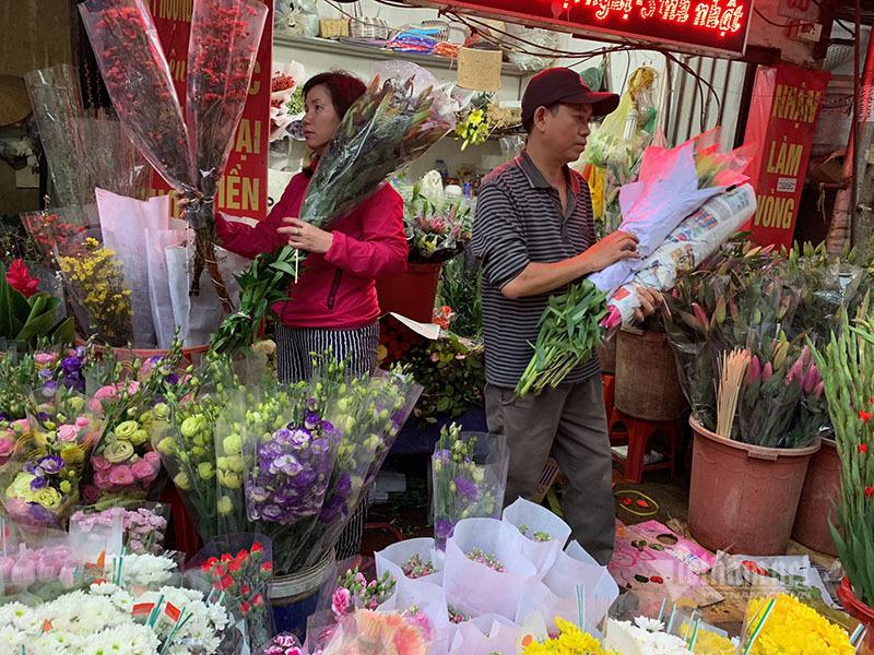 Phát hoảng đi chợ 29 Tết, hoa tươi tăng giá gấp 3 lần - Ảnh 4.