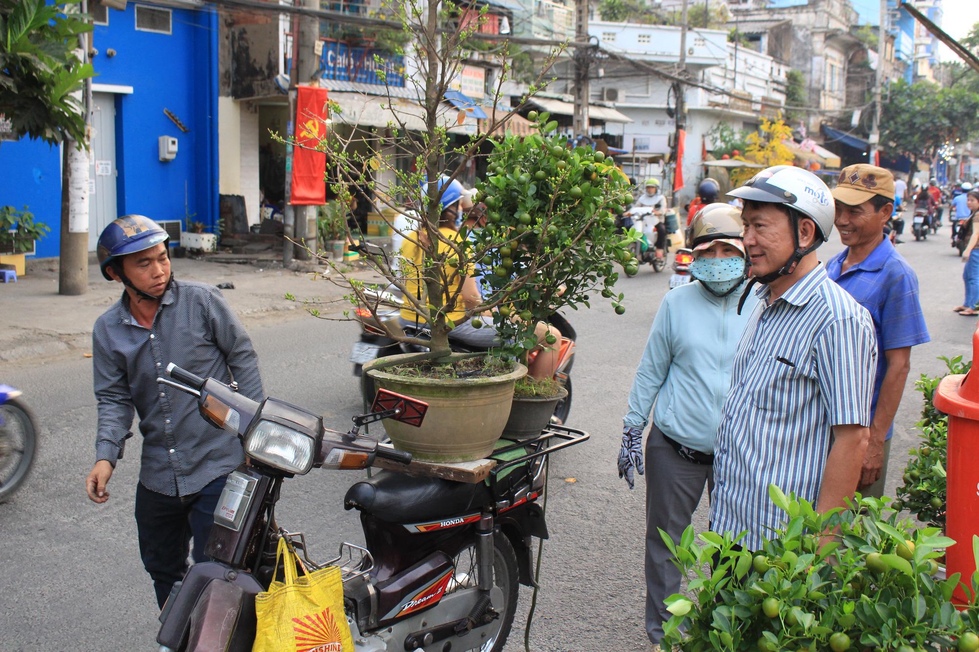 Xe ôm nghỉ việc, chở hoa Tết kiếm tiền triệu mỗi ngày  - Ảnh 1.