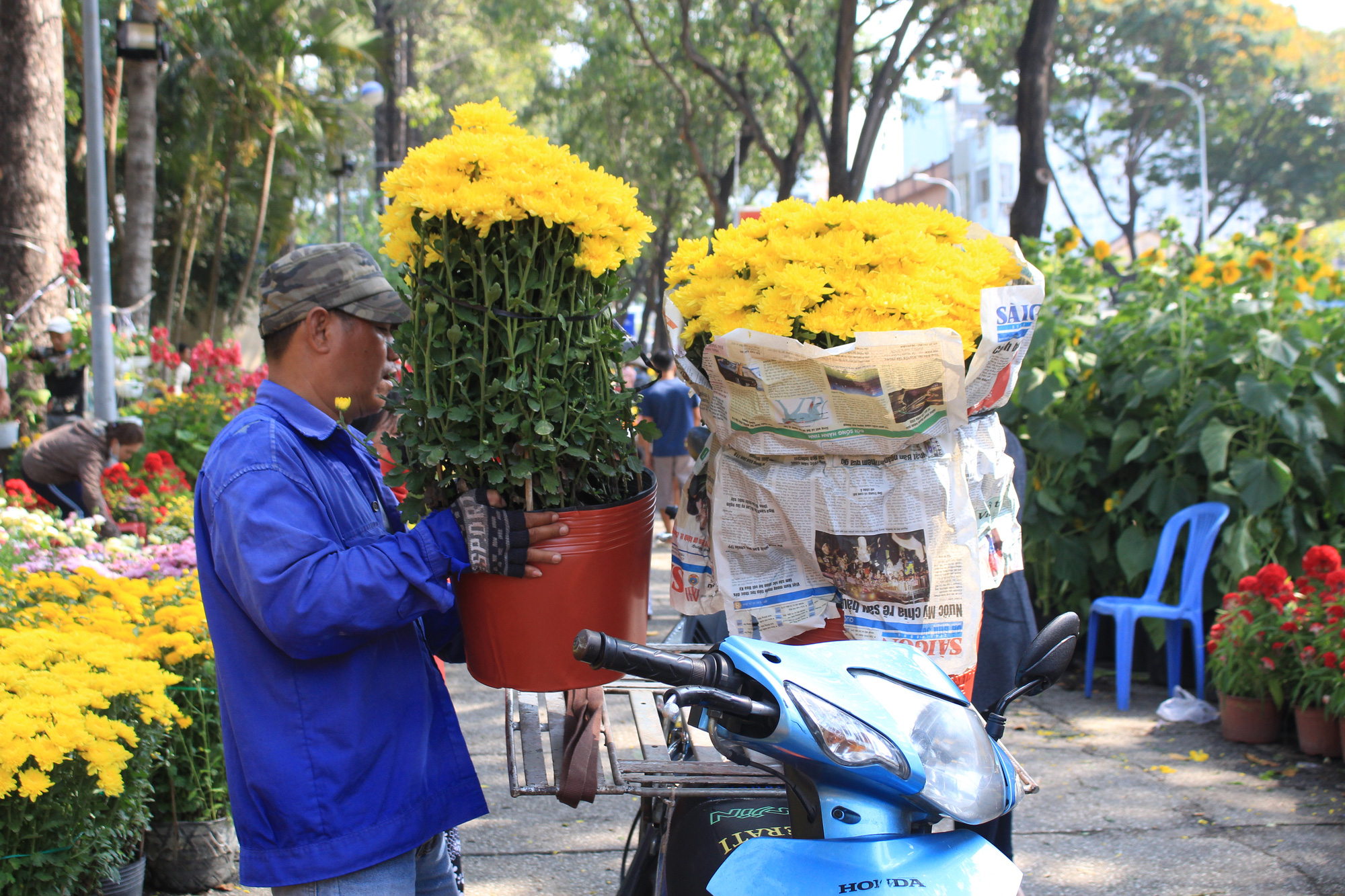 Xe ôm nghỉ việc, chở hoa Tết kiếm tiền triệu mỗi ngày  - Ảnh 3.